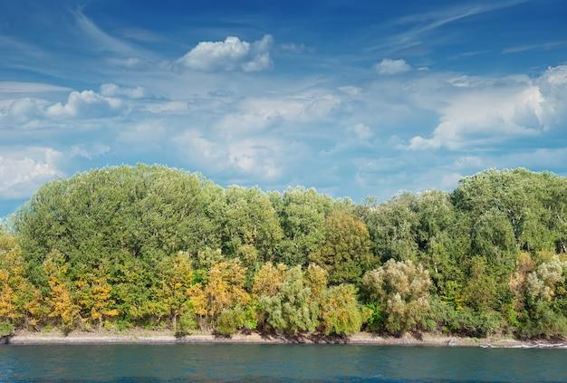 川と森のある秋の風景