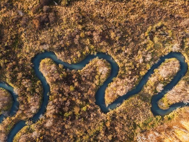 川のある秋の風景