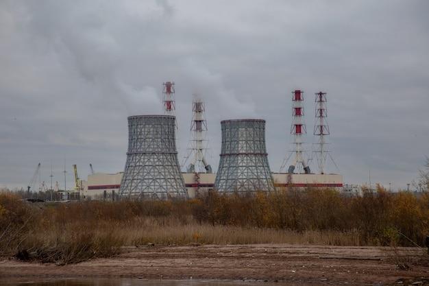 火力発電所のある秋の風景