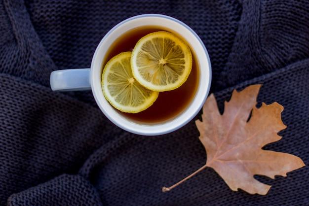 Осенний макет с горячим чаем с лимоном
