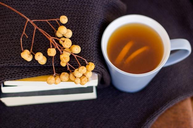 レモンと熱いお茶で秋のレイアウト