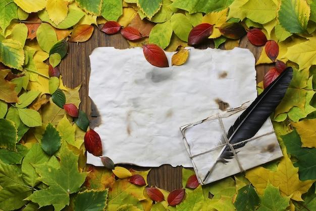단풍 나무 테이블에 심장 모양의 배경