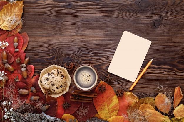 秋の紅葉、クッキー、お茶、木のグリーティングカード