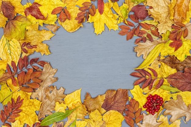 가을은 회색 나무에 프레임 질감을 남깁니다. 평면도 평면도 복사 공간 가을 시즌 배경