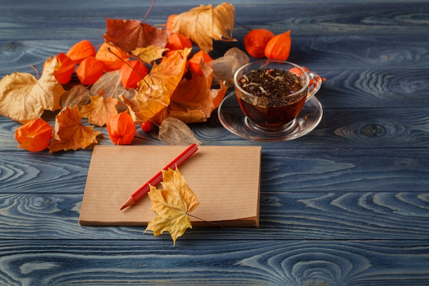 秋の紅葉、一杯のコーヒーと木製のテーブル背景に熱い蒸し。季節、朝のコーヒー、日曜日はリラックスして静物コンセプト