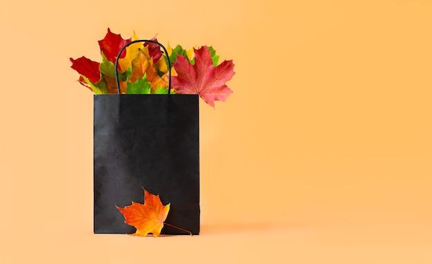 가을은 오렌지색 배경의 가방에 든 단풍 레이아웃 템플릿을 위한 계절 구성