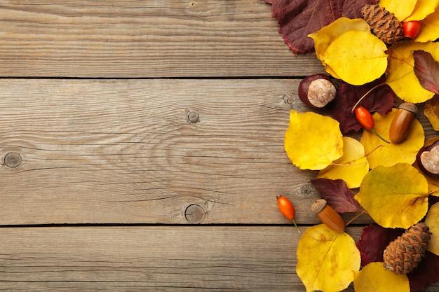 コピースペースと木製の背景に紅葉