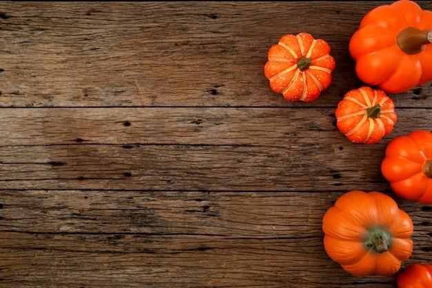 Осенние листья на деревянном фоне