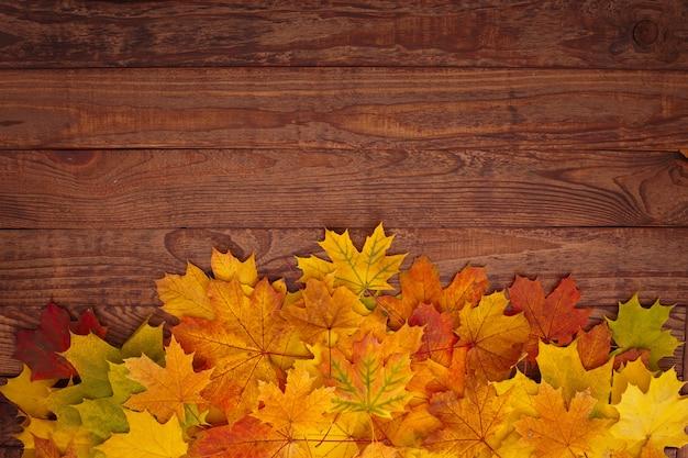 Осенние листья на деревянном столе