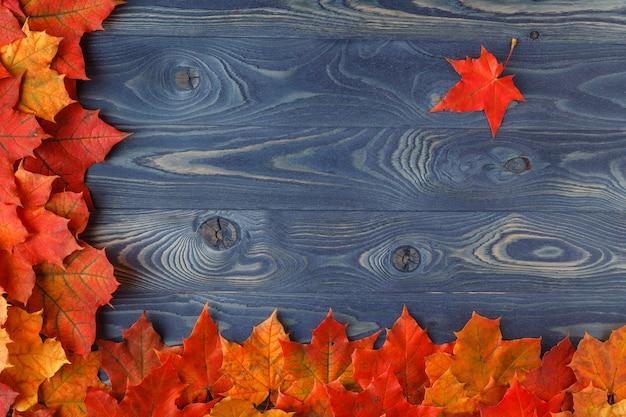 木製のテーブルの上の紅葉