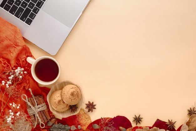 秋の紅葉、スカーフ、黄色のラップトップ