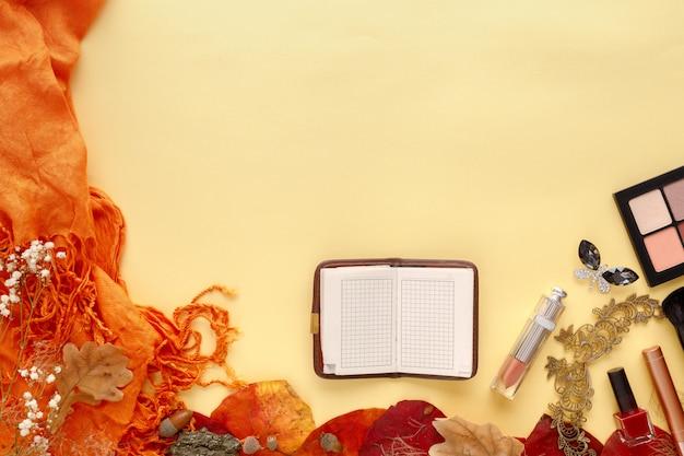 紅葉、スカーフ、紙のノート、黄色のラップトップ