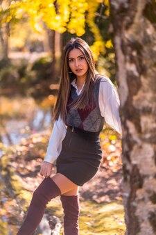 가을 라이프 스타일, 웃는 표정으로 나무 뒤에 공원에서 젊은 백인 갈색 머리