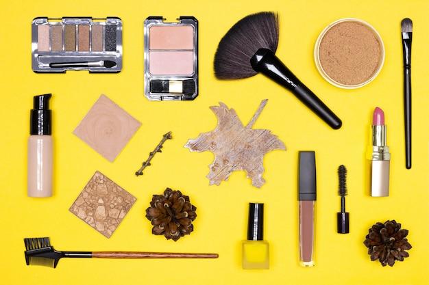 가을 메이크업 플랫 레이 메이크업 제품 가을 장식과 함께 갈색과 황금색