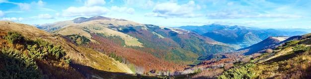 秋の霧のかかった朝の山のパノラマ(カルパティア山脈、ウクライナ)。 4ショットステッチ画像。