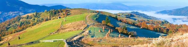 秋の霧のかかった朝の山の尾根のパノラマ(カルパティア山脈、ウクライナ)。 3ショットステッチ画像。