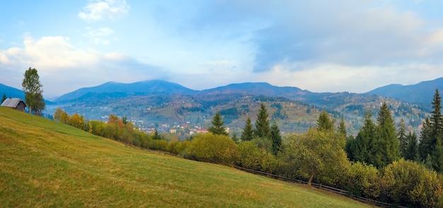 Осенняя туманная горная деревня (сельский пейзаж). изображение сшивается двумя кадрами.