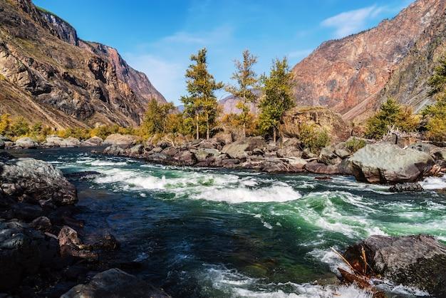 秋の朝の山川の風景ロシアアルタイウラガンスキー地区チュリシュマン川