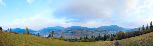 Осенняя панорама горной страны (карпаты, украина). изображение сшивается четырьмя кадрами.