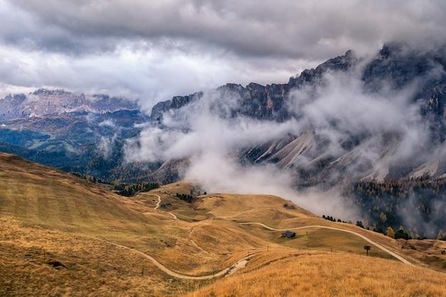ドロミテ、イタリア、雲の空の秋の山の風景