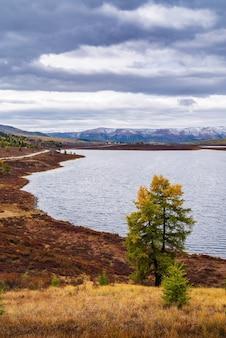 秋の山の風景、ウズンケル湖のほとり。ロシア、アルタイ共和国、ウラガンスキー地区