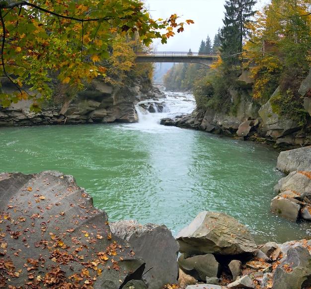 Осенний вид на горную реку (водопад яремча, ивано-франковская область, украина).