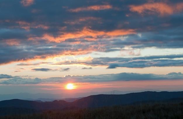 Осенний горный закат и вечернее сияние (карпаты, украина)