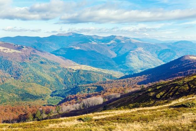 Осенние горы с совершенно голыми деревьями на опушке леса впереди (карпаты, украина).