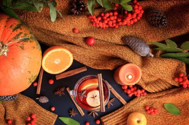 Осенний глинтвейн на основе красного вина с апельсиновым яблоком и пряными палочками корицы