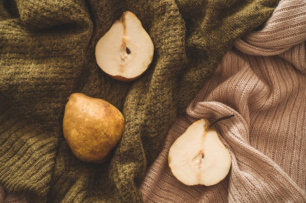 Концепция осенней природы. осенние груши на вязанных свитерах.