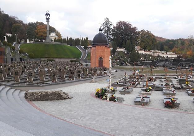예배당과 기념비가 있는 가을 오래된 묘지