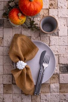 秋または感謝祭のテーブルセッティング