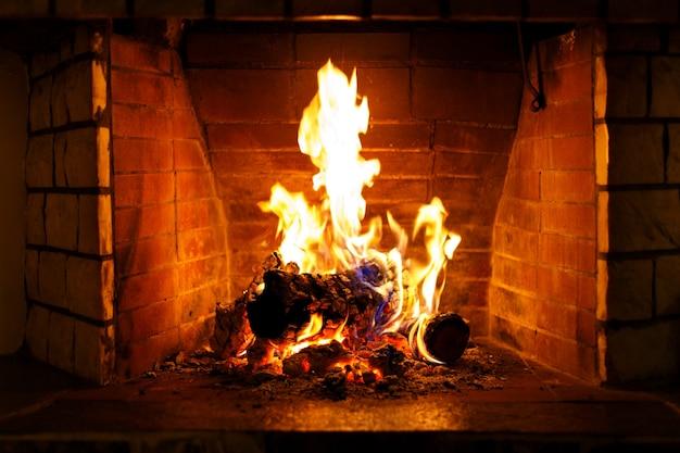가을 또는 겨울 불타는 벽난로