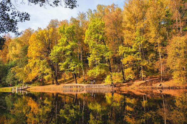 秋の公園モスクワのツァリツィーノ湖のほとりに赤い木々がある美しい秋の風景