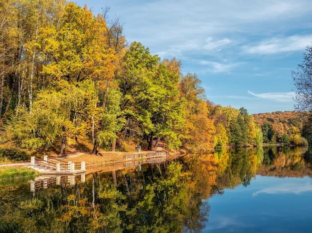 秋の公園。湖のほとりに赤い木々のある美しい秋の風景。tsaritsyno、モスクワ。