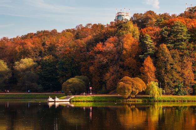 秋の公園。湖のほとりに赤い木々と美しい秋の風景。ツァリツィノ、モスクワ。