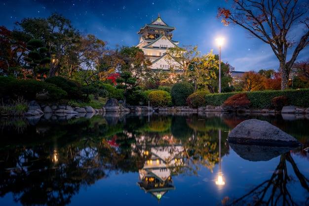 Осенний парк в замке осаки в ночное время