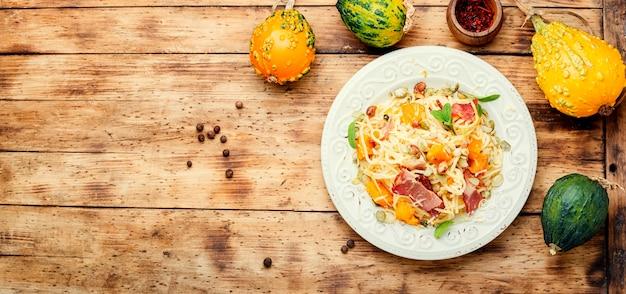 Осенняя паста с тыквой и беконом