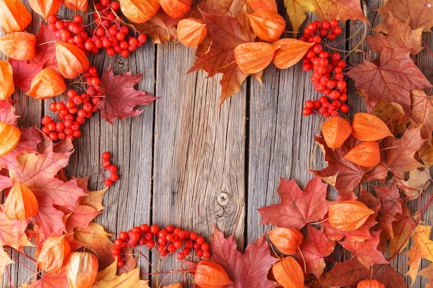 Осенний узор золотые кленовые листья на деревянном фоне