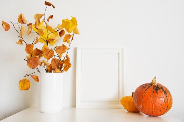 복사 공간이 있는 흰색 배경에 화려한 낙엽의 가을 패턴