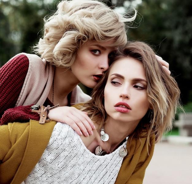 秋。公園での 2 人の美しい女性の写真。