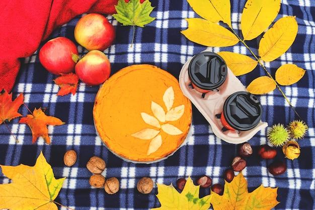 自家製パンプキンパイとコーヒーと秋のピクニック秋の気分トップビューフラットレイ
