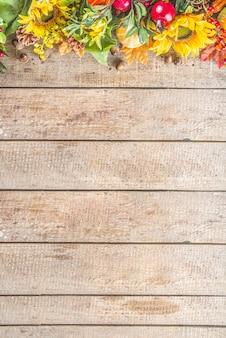 木製のテーブルの秋の植物