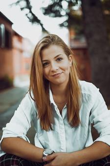 美しい若い少女の秋の肖像画