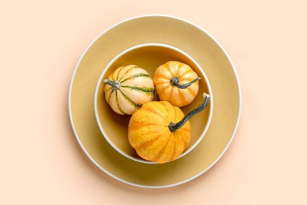秋のカボチャの装飾的なテーブルの設定、家の装飾のコンセプト、上からの眺め