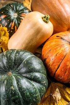 ハロウィーンの秋のカボチャフレームはオレンジ色です。木製の背景。上面図