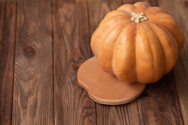 Осенняя тыква на деревянном столе