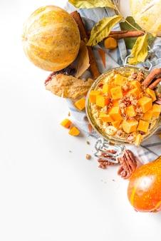 Осенняя овсяная каша с тыквой пекан