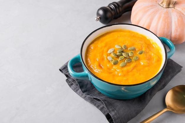 葉と生のカボチャと秋のカボチャのスープ