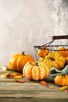Осенний фон благодарения тыквы, сортированные тыквы над зеленым деревянным столом. скопируйте пространство.